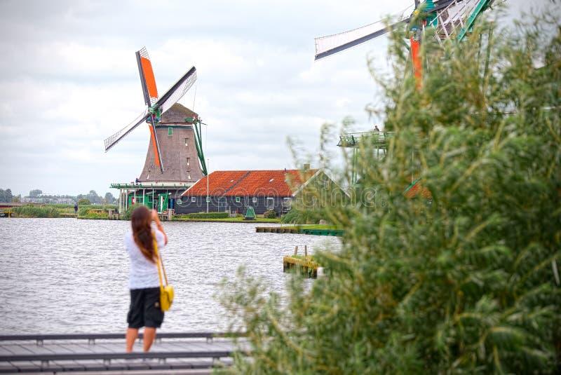 Toerist die de molens van Zaandam fotografeert stock fotografie