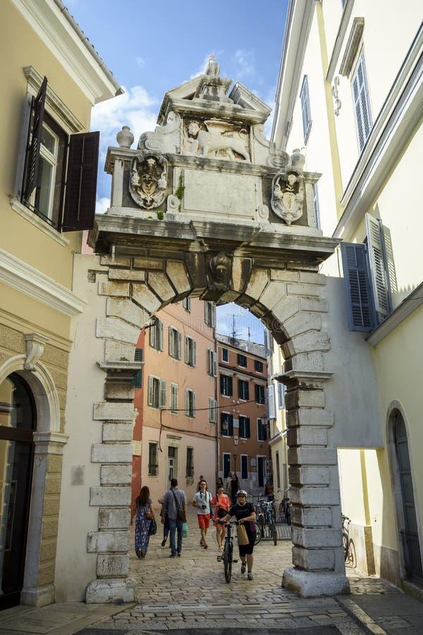 Toerist die de oude stad Rovinj bezoeken stock afbeelding