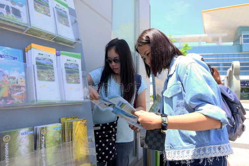 Toerist die de reisgidsbrochures van Korea Gapyeong-Post bekijken, Zuid-Korea stock foto