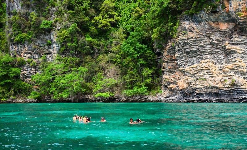Toerist die in duidelijk en ondiep water snorkelen royalty-vrije stock fotografie