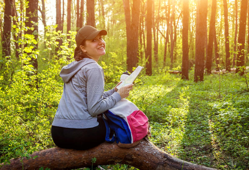 Toerist die een rust in het bos hebben royalty-vrije stock foto