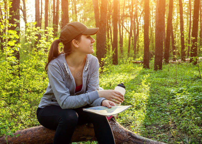Toerist die een rust in het bos hebben stock afbeelding