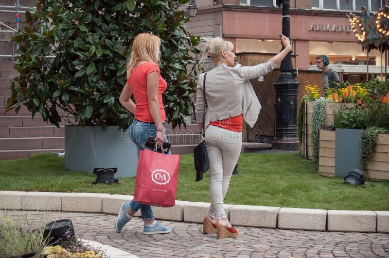 Toerist die een selfie in kortstondige tuin in hoofdplaats in Mulhouse nemen royalty-vrije stock afbeeldingen