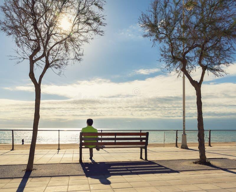 Toerist die en het strand rust bekijkt stock foto