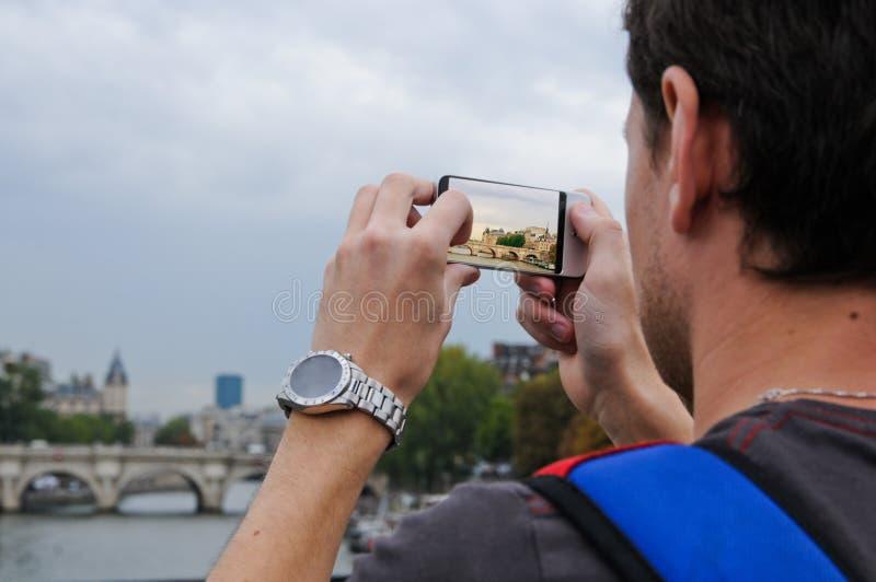 Toerist die foto met slimme telefoon nemen stock afbeeldingen