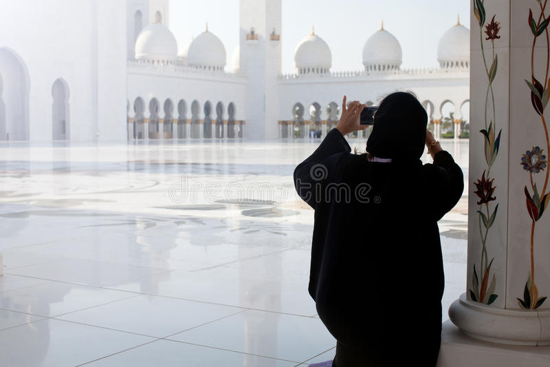Toerist die foto nemen bij beroemde Grote Moskee in Abu Dhabi stock afbeelding