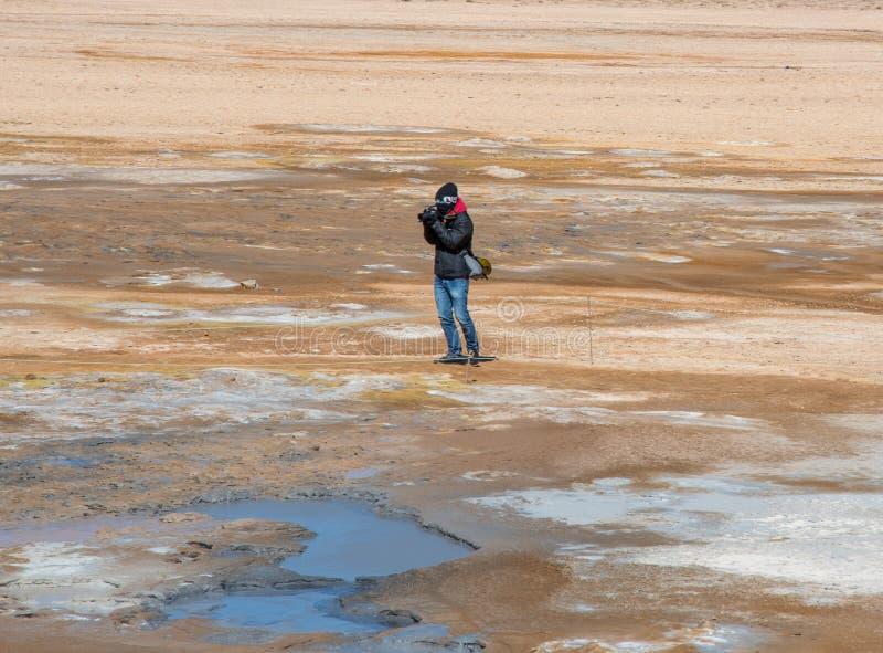 Toerist die foto nemen bij het Geothermische gebied van Hverir in Noord-IJsland stock fotografie
