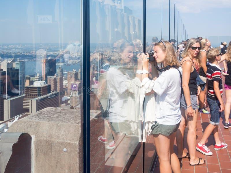 Toerist die foto's nemen bij de Bovenkant van het Dek van de Rotsobservatie in New York stock afbeeldingen