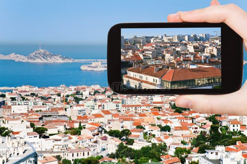 Toerist die foto van de stadshorizon van Marseille nemen stock afbeeldingen