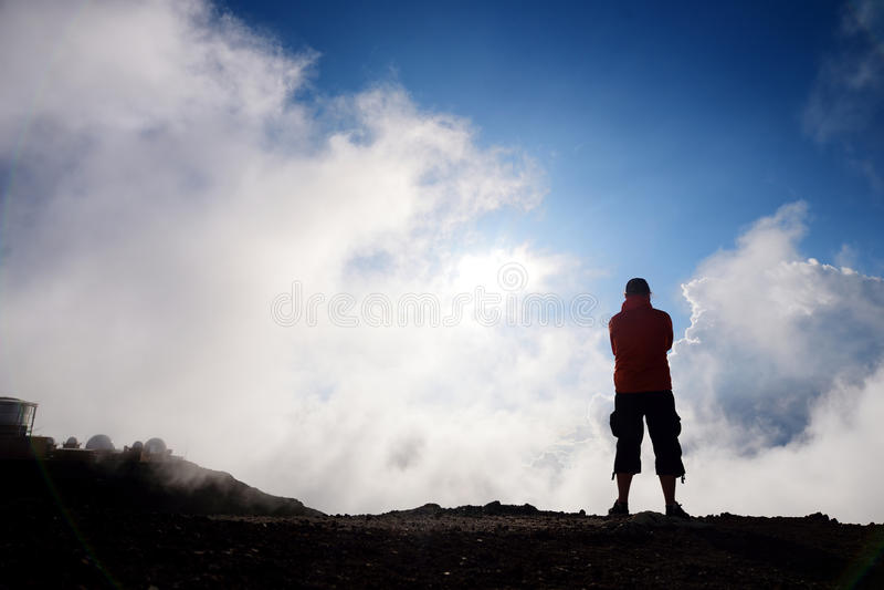 Toerist die in Haleakala-vulkaankrater wandelen op de Glijdende Zandsleep stock afbeeldingen