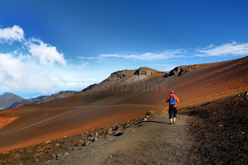 Toerist die in Haleakala-vulkaankrater wandelen op de Glijdende Zandsleep stock afbeelding