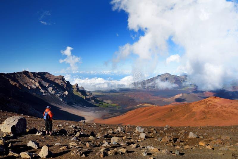 Toerist die in Haleakala-vulkaankrater wandelen op de Glijdende Zandsleep Mooie mening van de kratervloer en de bels van sintelke stock foto's