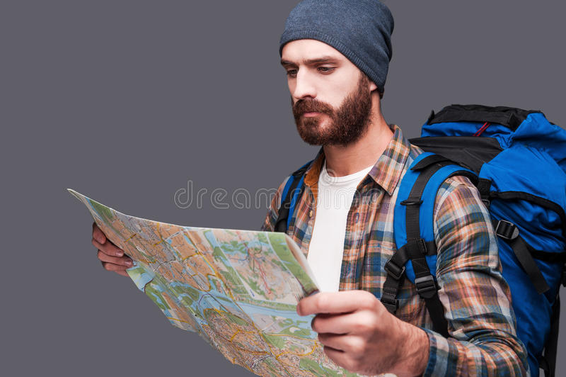 Toerist die kaart onderzoekt stock afbeelding