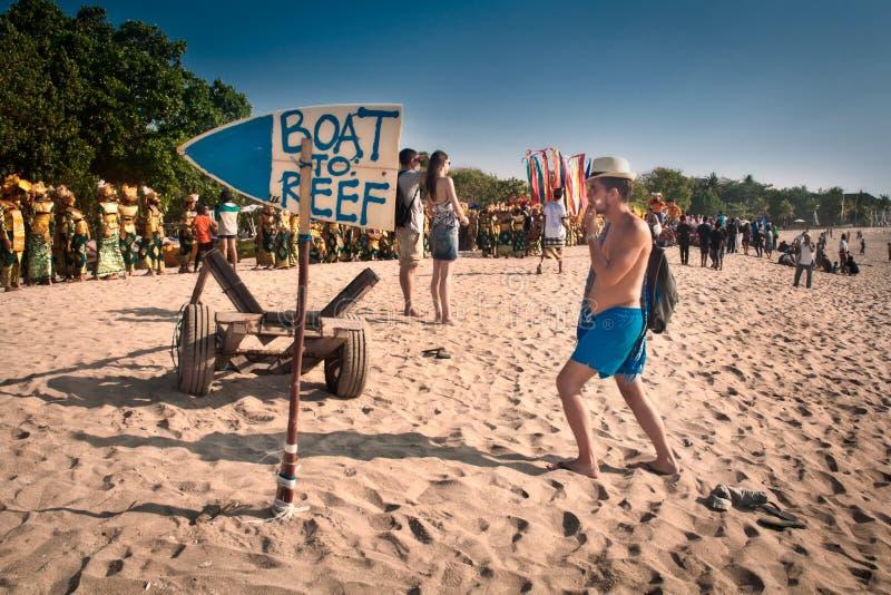 Toerist die langs het strand in Bali, Indonesië lopen royalty-vrije stock fotografie