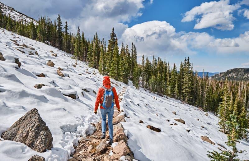 Toerist die met rugzak op sneeuwsleep wandelen royalty-vrije stock fotografie