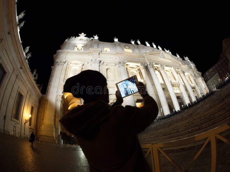Toerist die met stootkussen St Peters Basilica binnen schieten stock foto