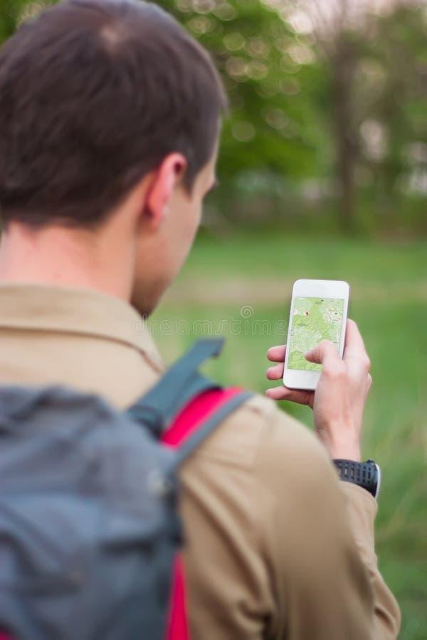 Toerist die navigatie app gebruiken stock afbeeldingen
