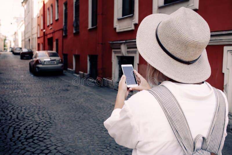 Toerist die navigatie app op de mobiele telefoon gebruiken reis concept royalty-vrije stock foto