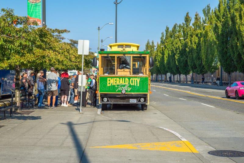 Toerist die op Emerald City Trolley, Seattle Washington wachten stock foto