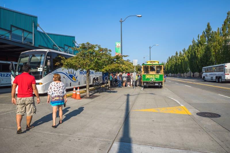 Toerist die op Emerald City Trolley, Seattle Washington wachten stock afbeeldingen