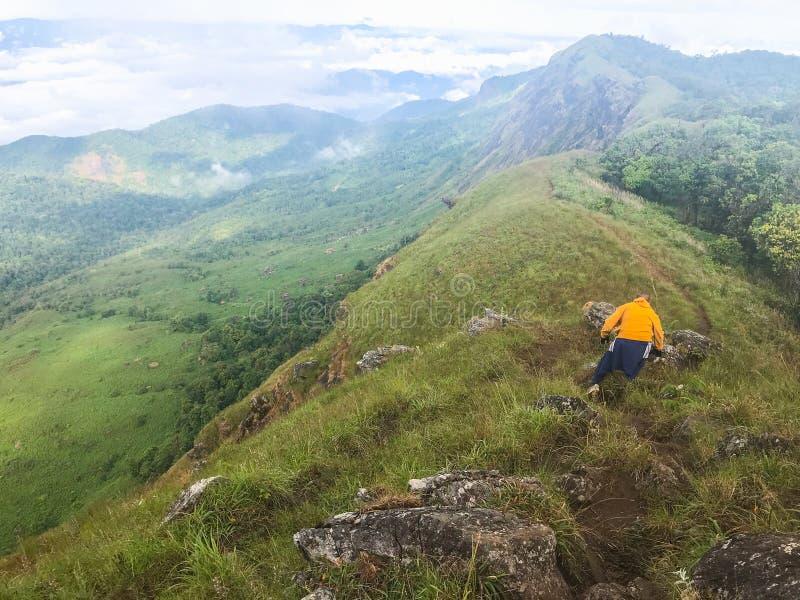 Toerist die op heuvel mon jong berg beklimmen royalty-vrije stock afbeeldingen