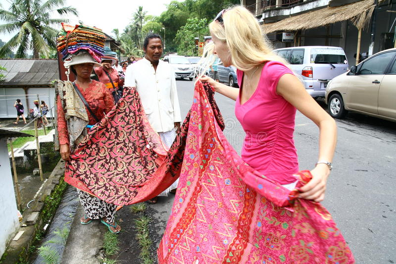 Toerist die over de sjaal kibbelen royalty-vrije stock afbeeldingen