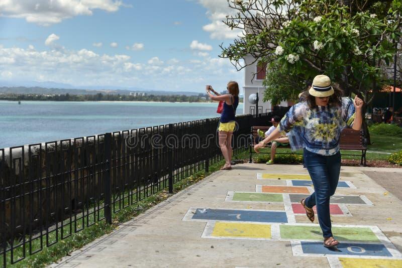 Toerist die pret in Parque las Palomas, San Juan, Puerto Rico hebben stock afbeeldingen