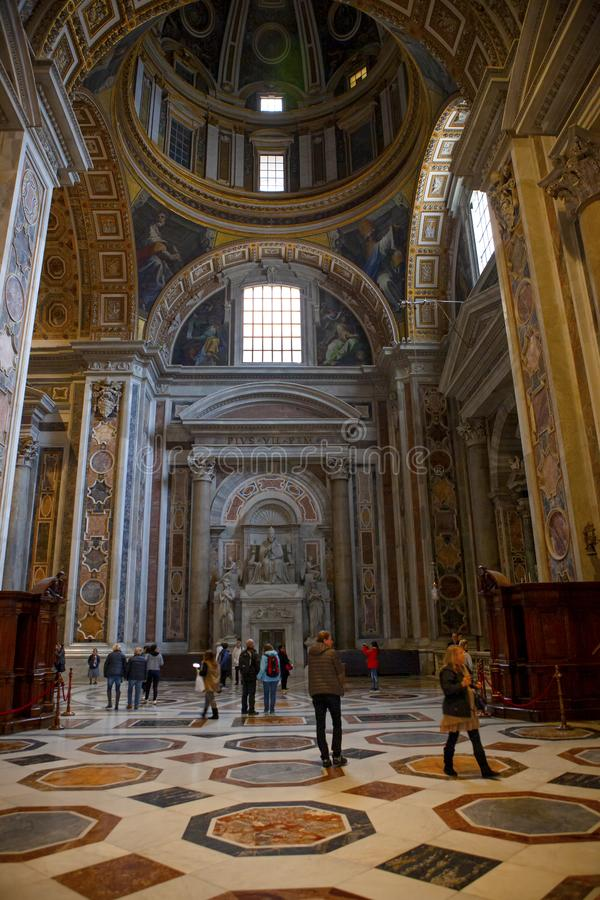 toerist die in St Peter basiliekkathedraal Vatikaan lopen stock foto