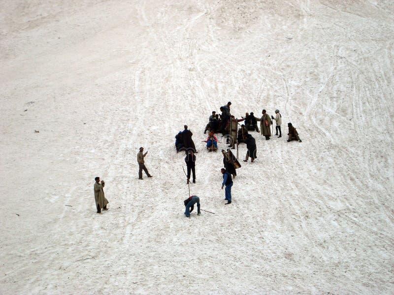 Toerist die van de traditionele Kasjmier rit van de sleesneeuw, Srinagar genieten royalty-vrije stock foto