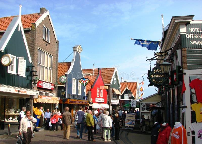 Toerist die van een aardige de zomerdag, Volendam geniet royalty-vrije stock afbeelding