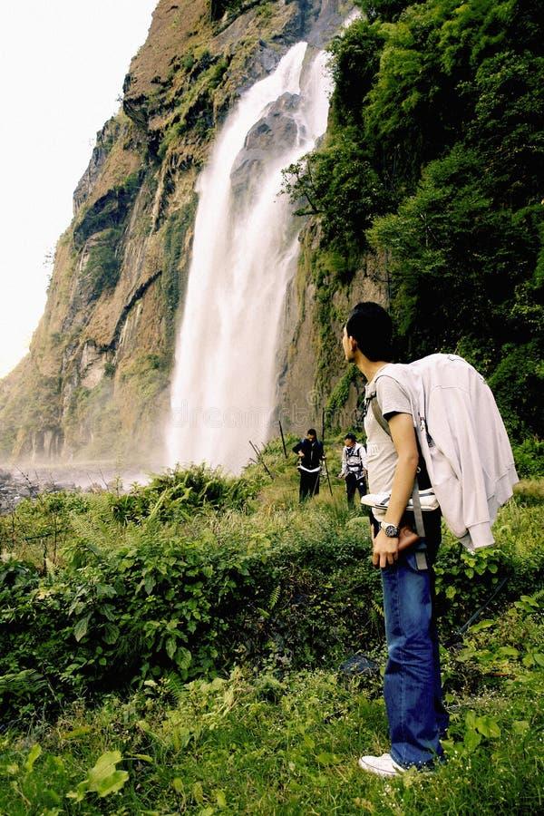 Toerist die van waterval genieten royalty-vrije stock afbeelding