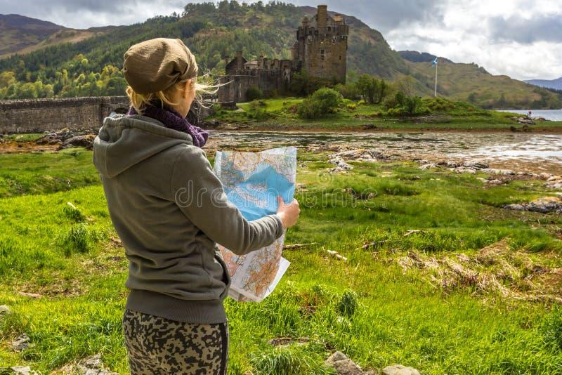Toerist in Eilean Donan Castle stock foto