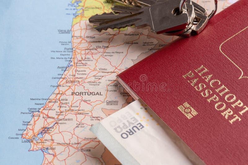Toerist en reispakketten - Russisch paspoort, euro, kaarten, huissleutels en auto's stock afbeelding