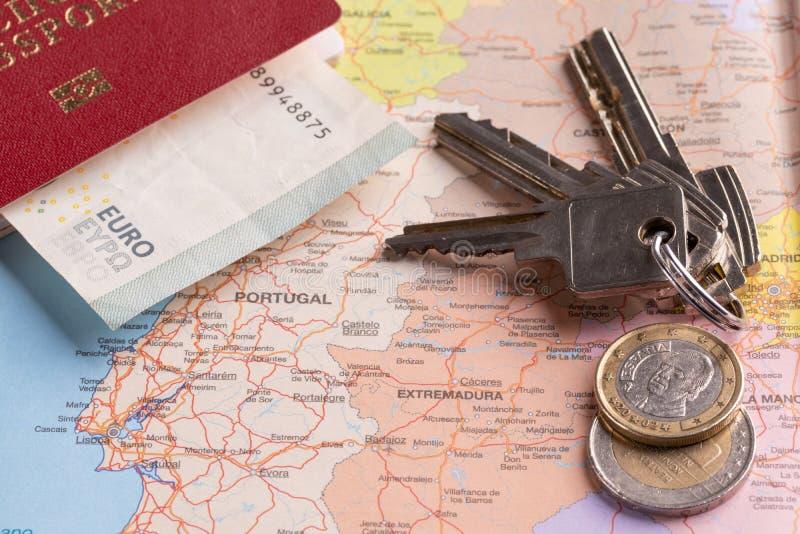 Toerist en reispakketten - Russisch paspoort, euro, kaarten, huissleutels en auto's stock foto's