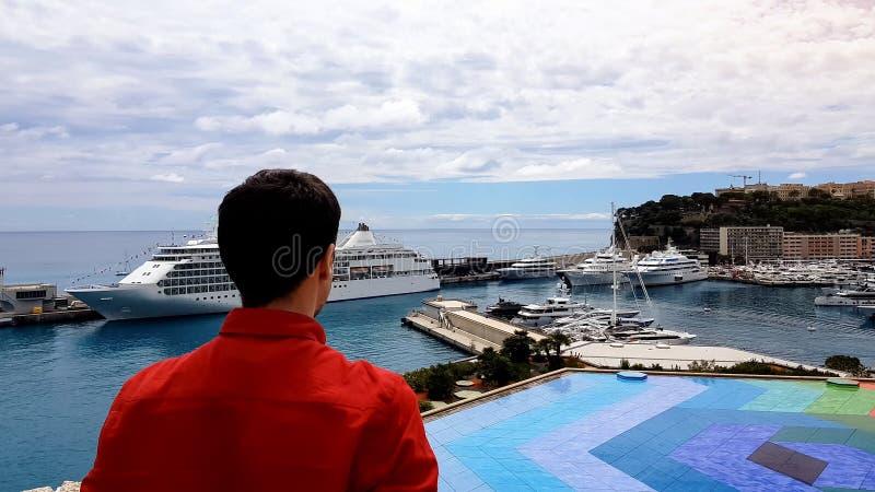 Toerist het bekijken landschap van luxetoevlucht, haven met dure jachten, terras stock afbeeldingen