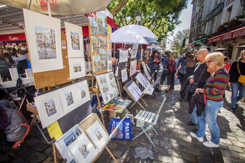 Toerist het bewonderen het schilderen in Montmartre, Parijs royalty-vrije stock afbeeldingen