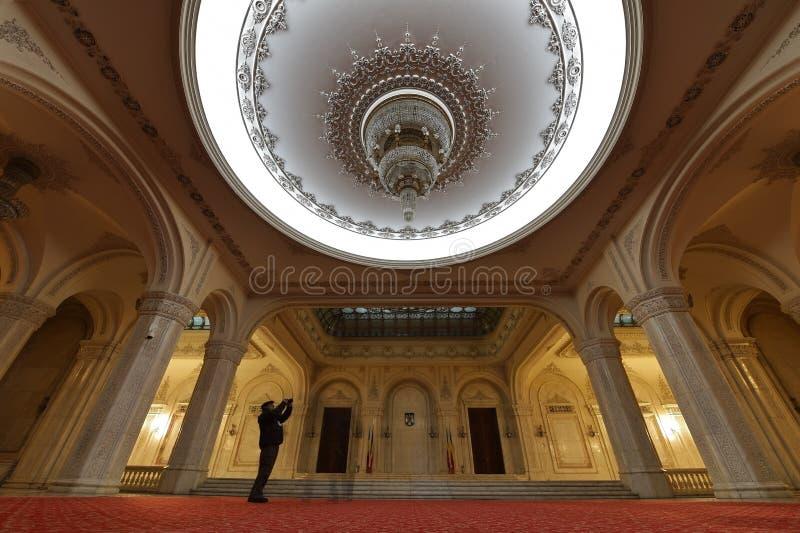 Toerist het bezoeken Paleis van het parlement in Roemenië stock afbeeldingen