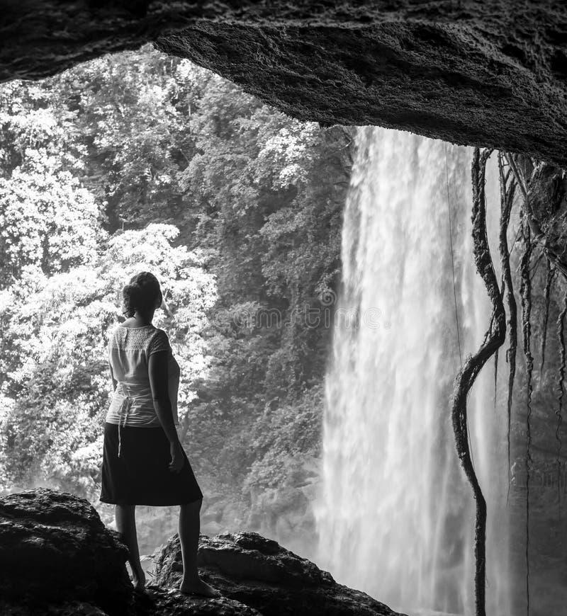 Toerist in Hol bij Zwart-witte de Waterval van Misol Ha stock afbeeldingen