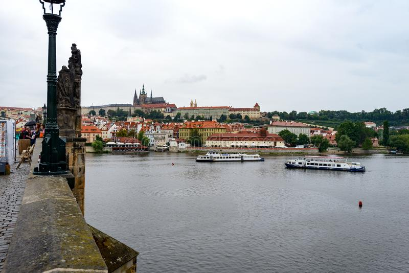 Toerist langs Charles Bridge stock afbeeldingen