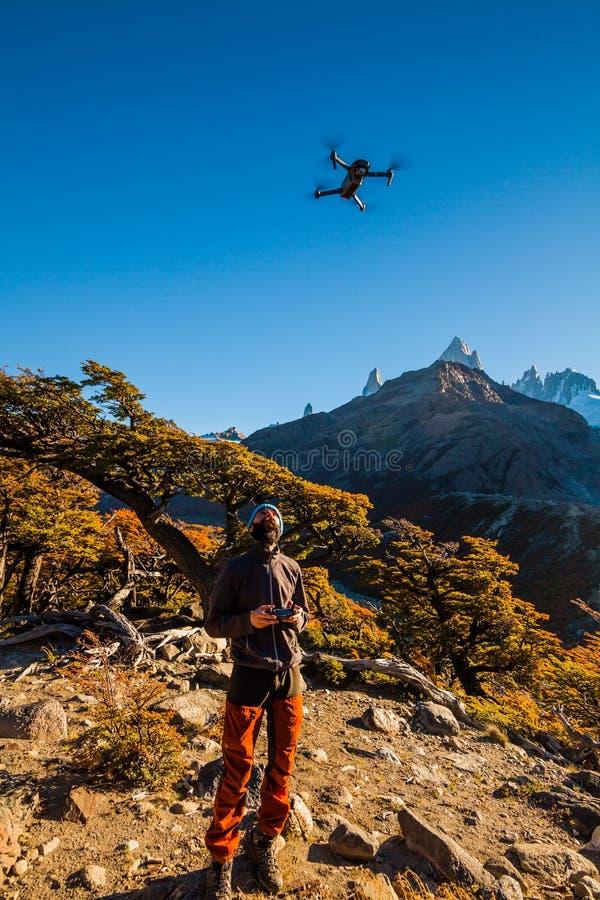 Toerist met hommel op een achtergrond van berglandschap patagonië royalty-vrije stock foto's