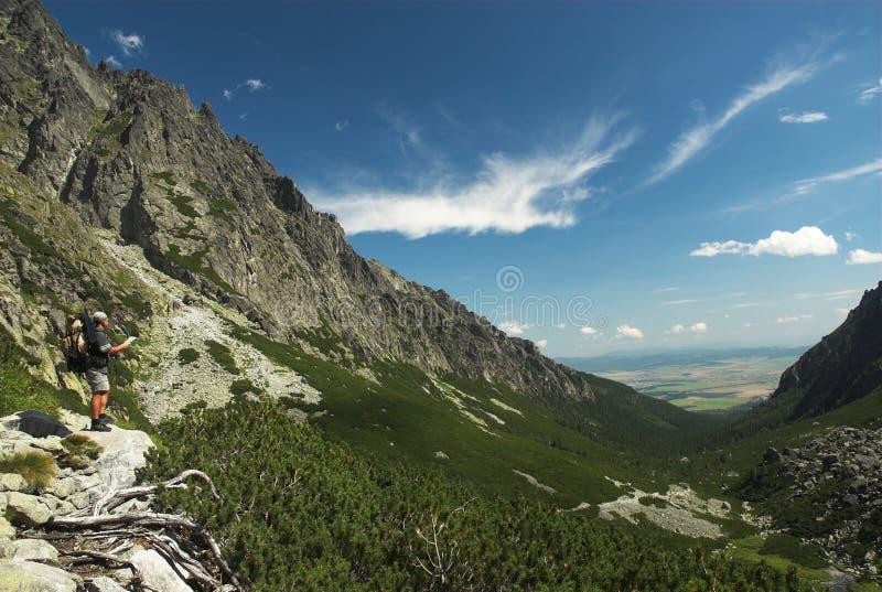 Toerist met kaart in bergen royalty-vrije stock afbeelding
