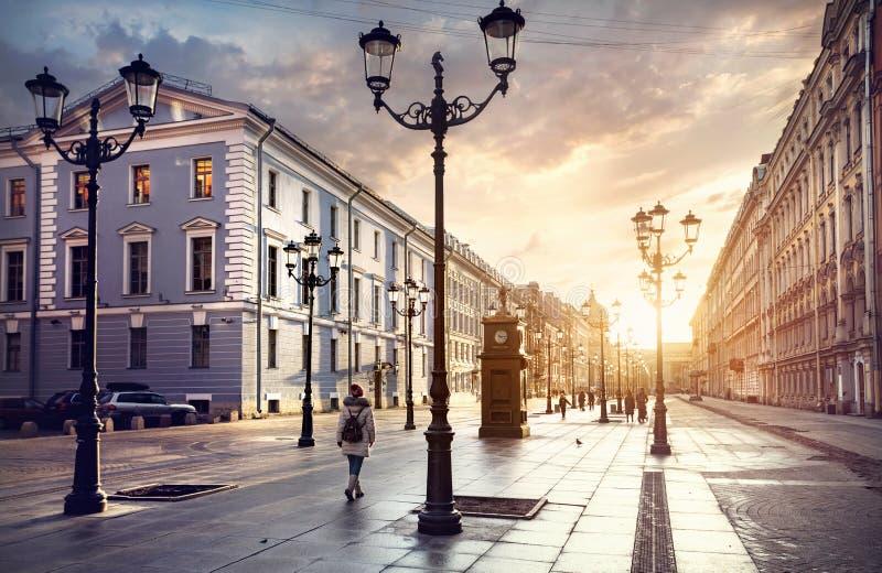 Toerist op de straat van Heilige Petersburg royalty-vrije stock foto's