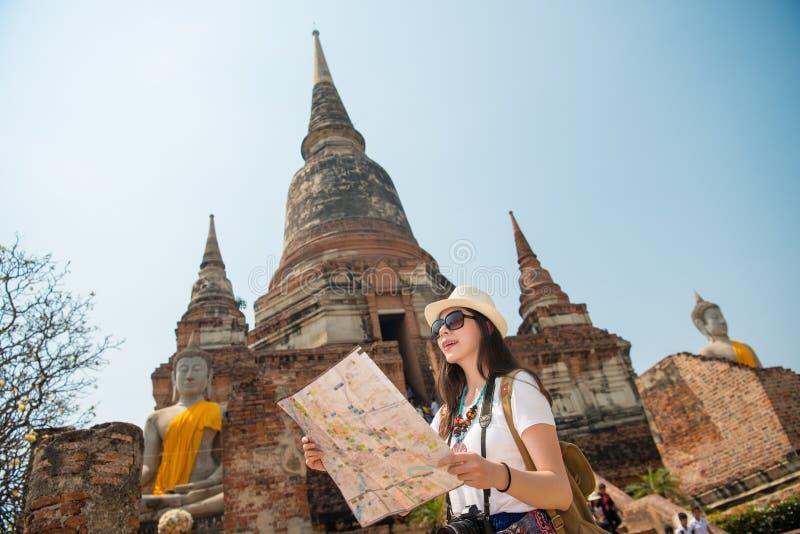 Toerist op reis de kaart van de sightseeingsholding stock fotografie