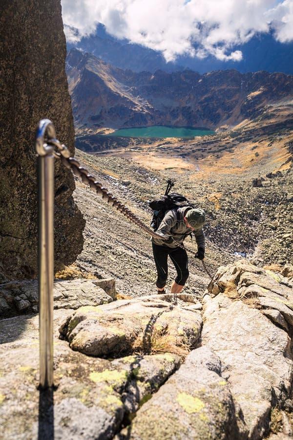 Toerist op rotsen, vallei van vijf meren stock foto's