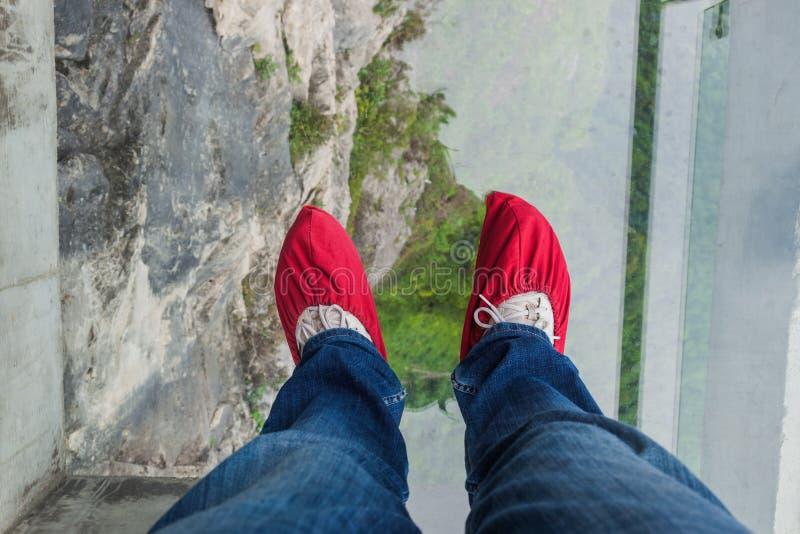 Toerist in schoendekking op glasweg in Tianmenshan-aardpa royalty-vrije stock foto's