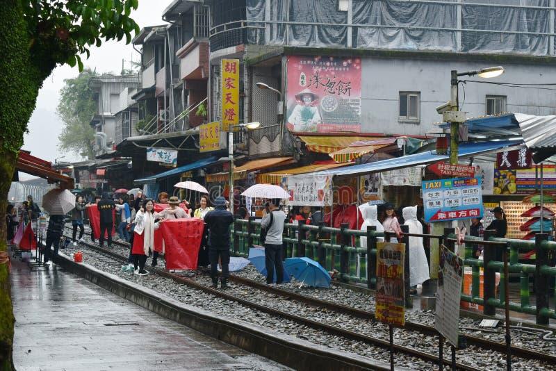 toerist vrijgegeven hemellantaarn voor geluk op spoorweg bij Dahua-station stock afbeelding