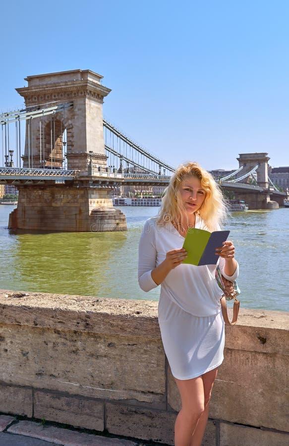 Toerist in witte kleding voor beroemde Kettingsbrug in Budape royalty-vrije stock afbeeldingen