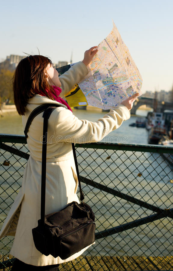 Toerist wordt die die in Parijs wordt verloren stock afbeeldingen