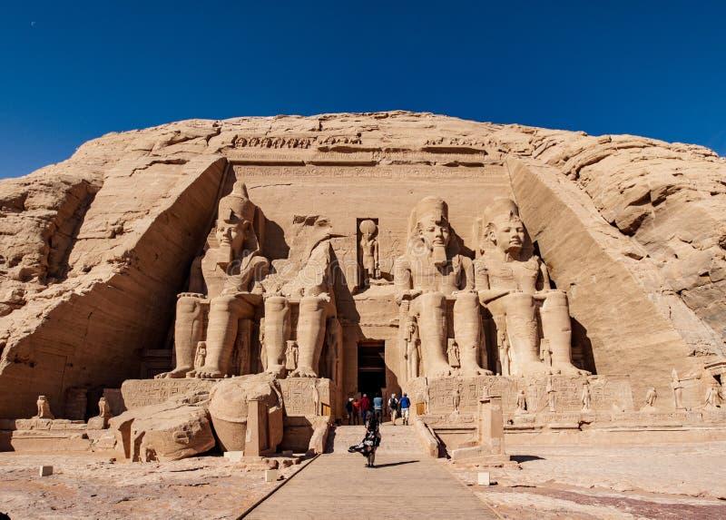 Toeristen in Abu Simbel Temple in de oude stad van Egypte Abu Simbel dichtbij Aswan stock fotografie