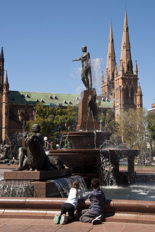 Toeristen in Archibald Fountain met St Marys kathedraal op de achtergrond stock foto